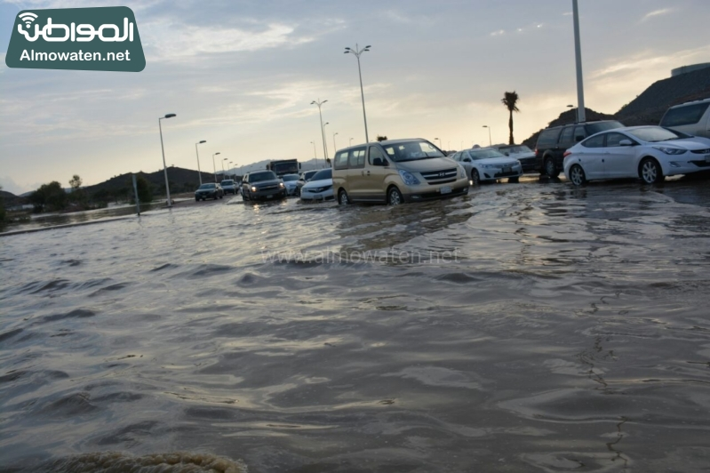 المواطن ترصد أرتفاع منسوب المياه في محافظة الطائف وغرق عدد كبير من المركبات ودور الامانة غائب (29880715) 