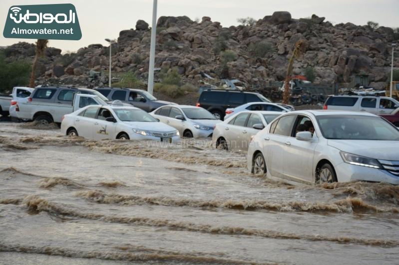 المواطن ترصد أرتفاع منسوب المياه في محافظة الطائف وغرق عدد كبير من المركبات ودور الامانة غائب (29880716) 