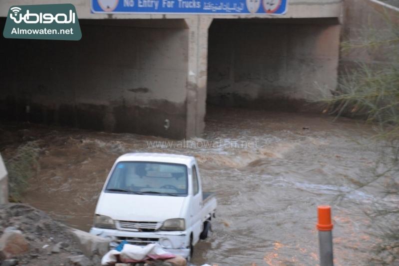 المواطن ترصد أرتفاع منسوب المياه في محافظة الطائف وغرق عدد كبير من المركبات ودور الامانة غائب (29880719) 