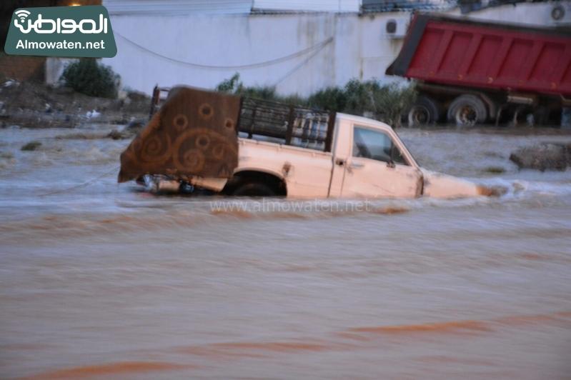 المواطن ترصد أرتفاع منسوب المياه في محافظة الطائف وغرق عدد كبير من المركبات ودور الامانة غائب (29880720) 