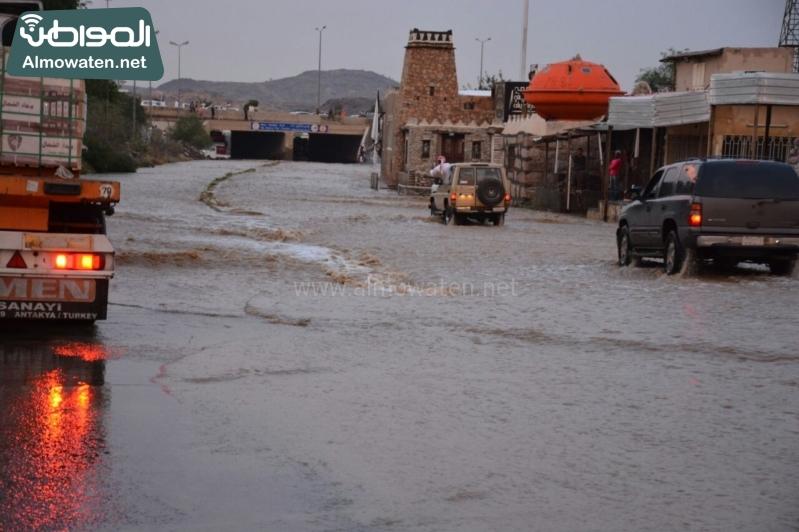 المواطن ترصد أرتفاع منسوب المياه في محافظة الطائف وغرق عدد كبير من المركبات ودور الامانة غائب (29880721) 