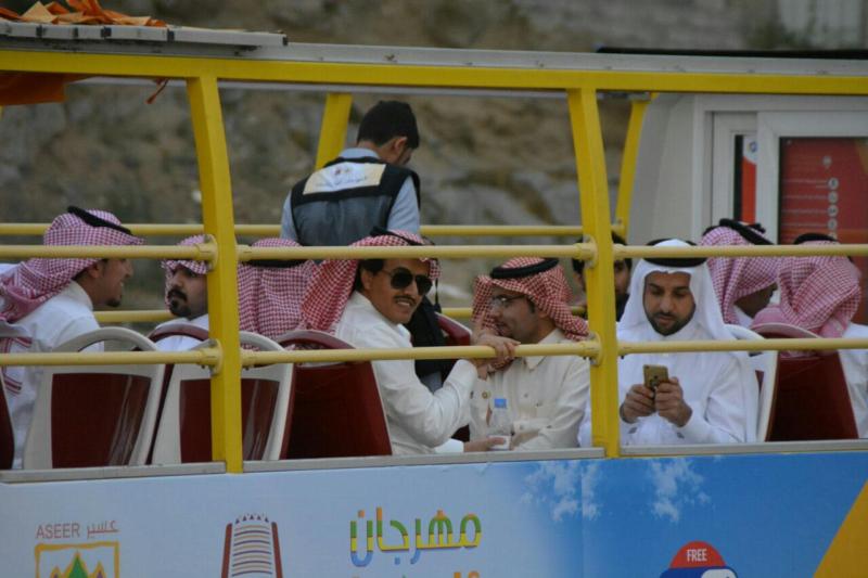 المواطن تُرافق انطلاق التجربة للباصات السياحية (1)