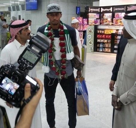 المولد يعود إلى جدة مرتدياً شعار الأهلي ويكشف حقيقة انتقاله للراقي