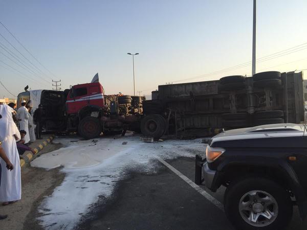 الهلال الأحمر بمكة يباشر حادث تصادم تريلة بباص