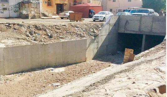 الوادي المنحدر من وسط حي الشهداء بالمدينة المنورة