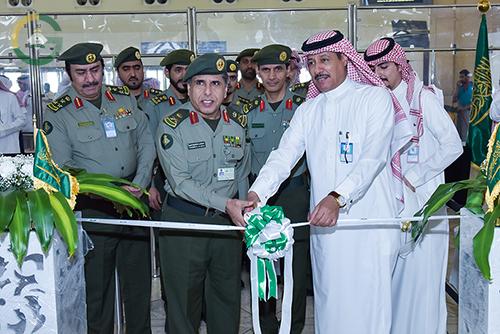 اليحيى يدشن كاونترات صالة المغادرة بجوازات مطار الملك خالد الدولي