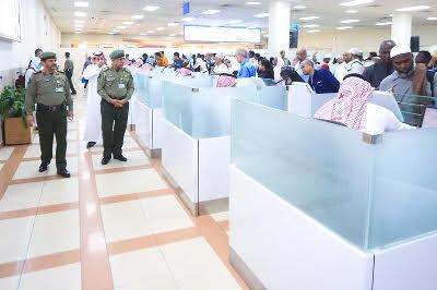 اليحيى يشرف ميدانياً على أولى الرحلات المغادرة لضيوف الرحمن 10