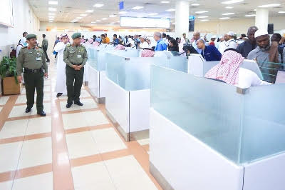 اليحيى يشرف ميدانياً على أولى الرحلات المغادرة لضيوف الرحمن 3