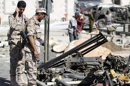 فردان من الجيش اليمني يتفقدان مركبة مدمرة في صنعاء. صورة من ارشيف رويترز.