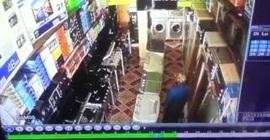 شاهد.. امرأة تسرق هاتفاً ثميناً من معرض أجهزة إلكترونية! - المواطن
