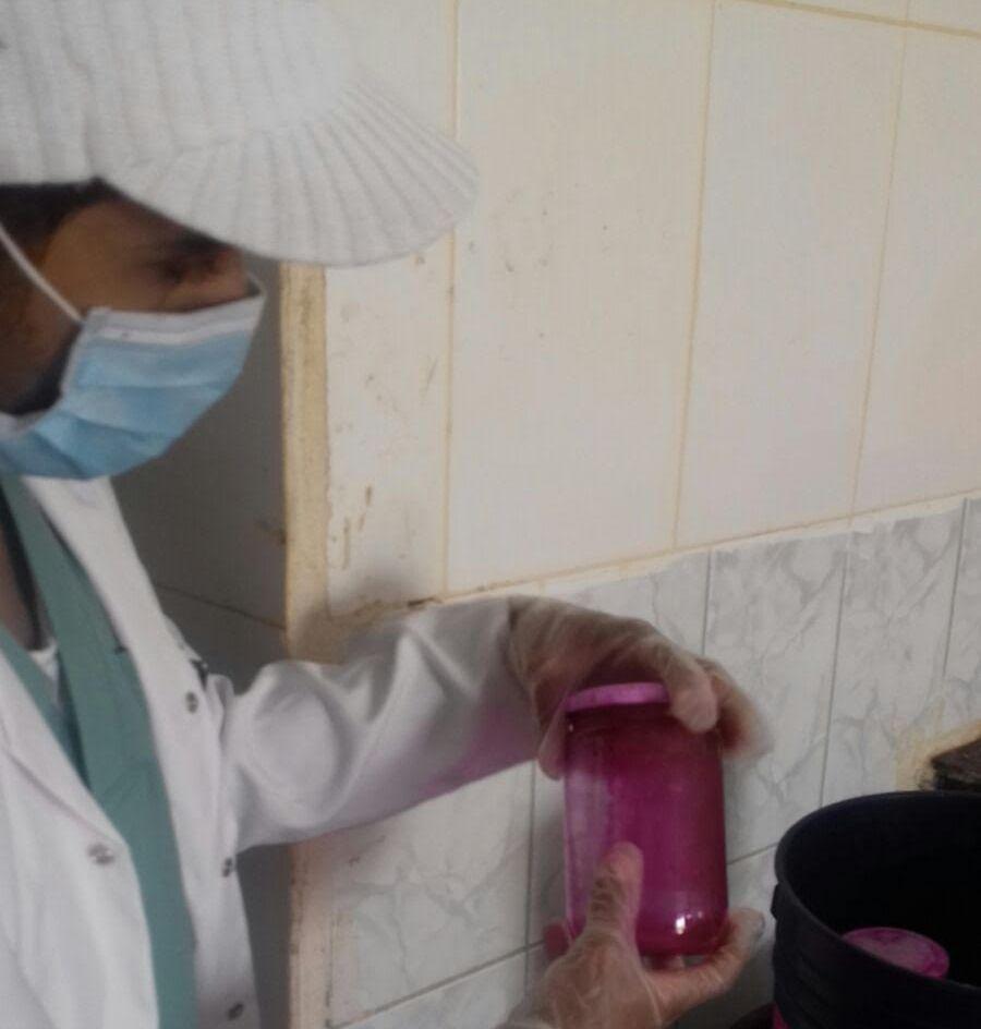 امانة الرياض تغلق معمل لتصنيع المخللات دون ترخيص (2)