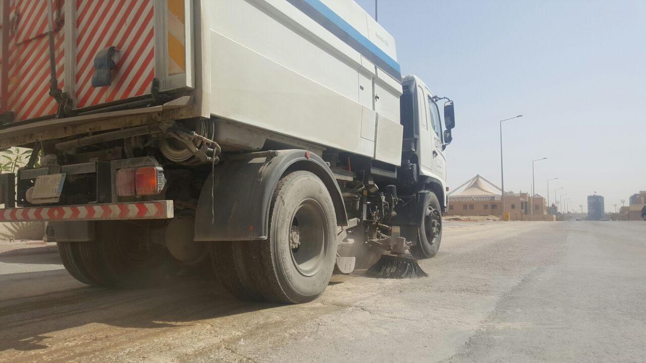 امانة الرياض تكنس اتربة ومخلفات المطر (3)