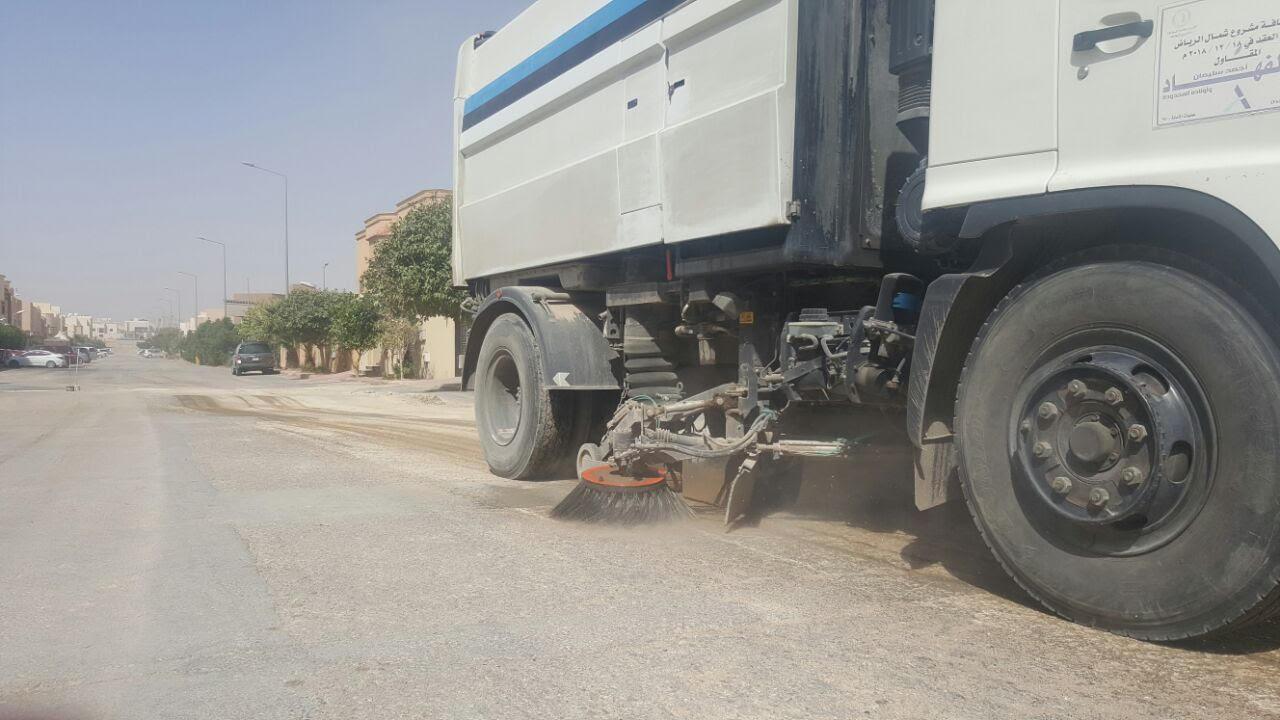 امانة الرياض تكنس اتربة ومخلفات المطر (4)