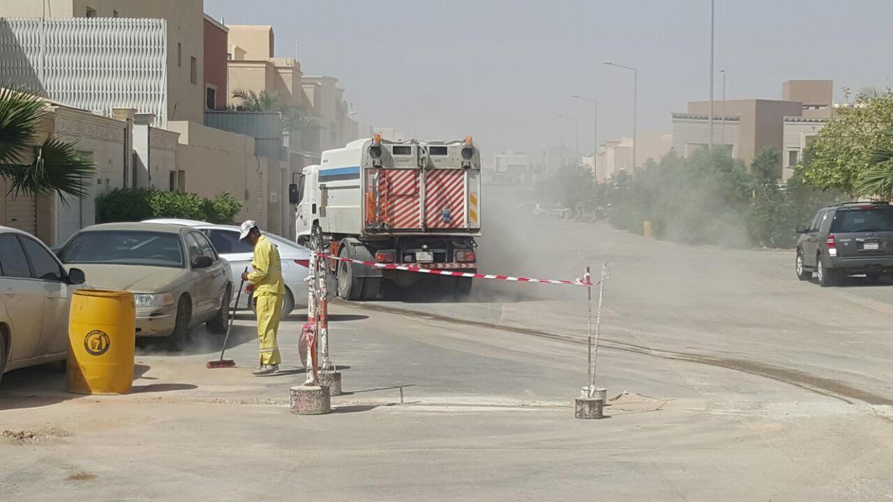 امانة الرياض تكنس اتربة ومخلفات المطر (9)