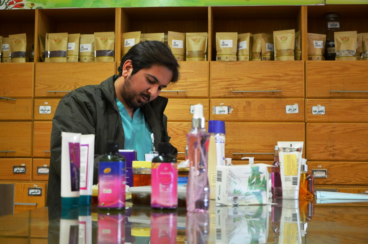 امانة الرياض ضبط مخالفات بمحل عطارة يخلط الادوية والمركبات العشبية (2)