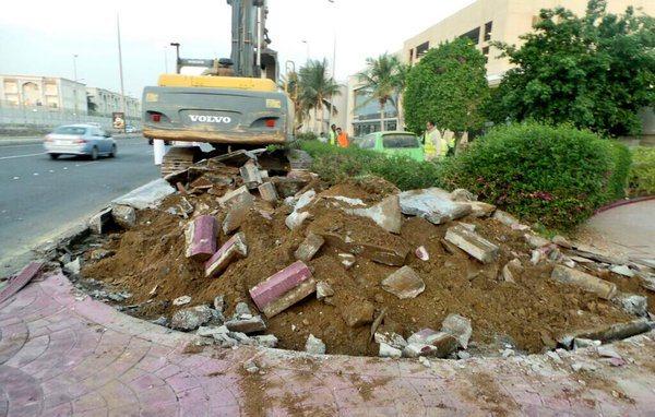 امانة جدة تزيل تعديات رجل أعمال شهير على طريق خدمي بشارع عام (3)