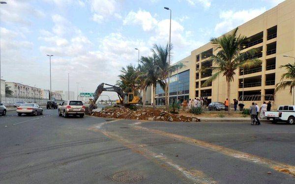 امانة جدة تزيل تعديات رجل أعمال شهير على طريق خدمي بشارع عام (4)
