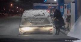 امرأة تحرق سيارتها بالخطا