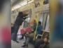 امرأة تدافع عن شاب في المترو