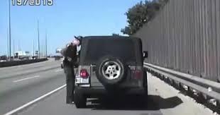 امرأة تدهس شرطيا