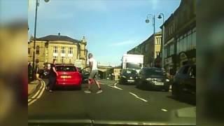 امرأة تطارد رجلاً بعصا بيسبول في الشارع للدفاع عن زوجها