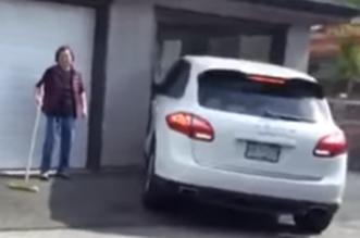 شاهد.. إمرأة تحطم بورش كايين عند محاولتها إيقاف السيارة في الكراج - المواطن