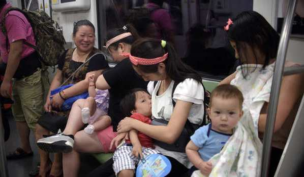 امراة-ترضع-طفلها-بالصين