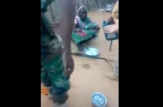 بالفيديو.. ضباط يعاقبون امرأة بطريقة غير أخلاقية - المواطن