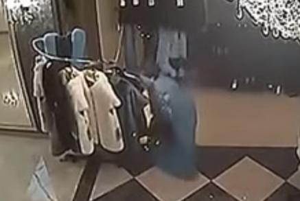 امراه تسرق فستان