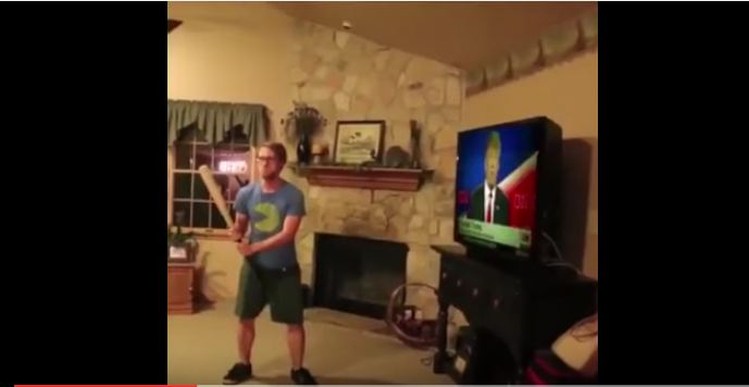امريكي يحطم تلفاز