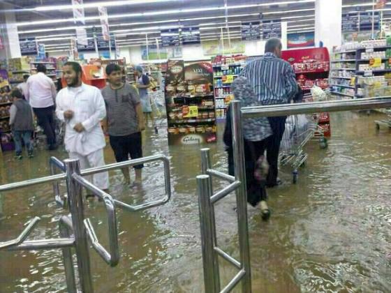 صحيفة أمريكيّة: صور مجنونة تأتي من السّعوديّة بسبب الأمطار - المواطن