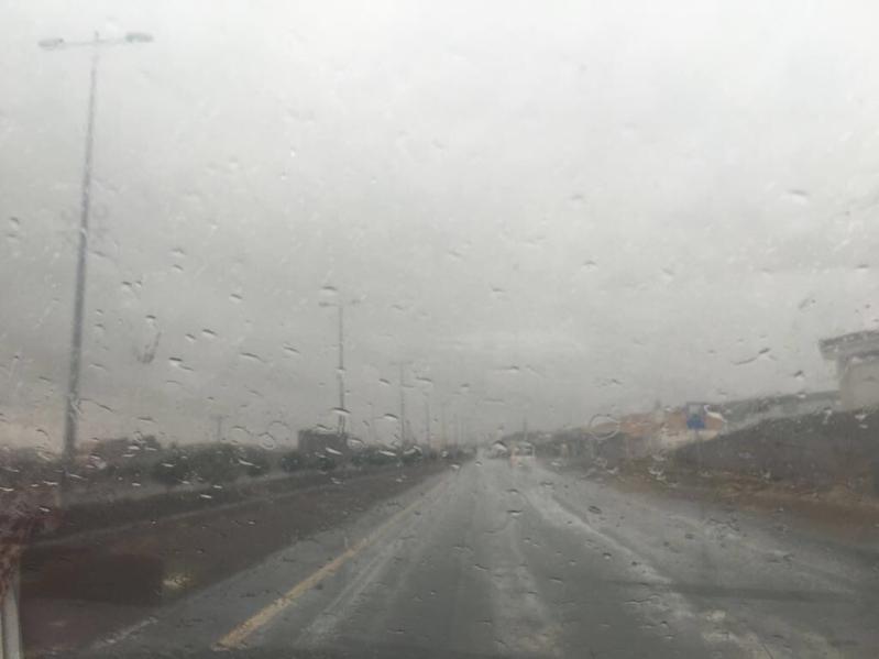 تحذير من أمطار رعدية مصحوبة بزخات البرد على عسير حتى السادسة مساء