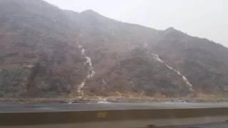 شاهد.. سِحرُ سقوطِ الأمطار والشلالات على جبالٍ بطريق السيل بمكة - المواطن