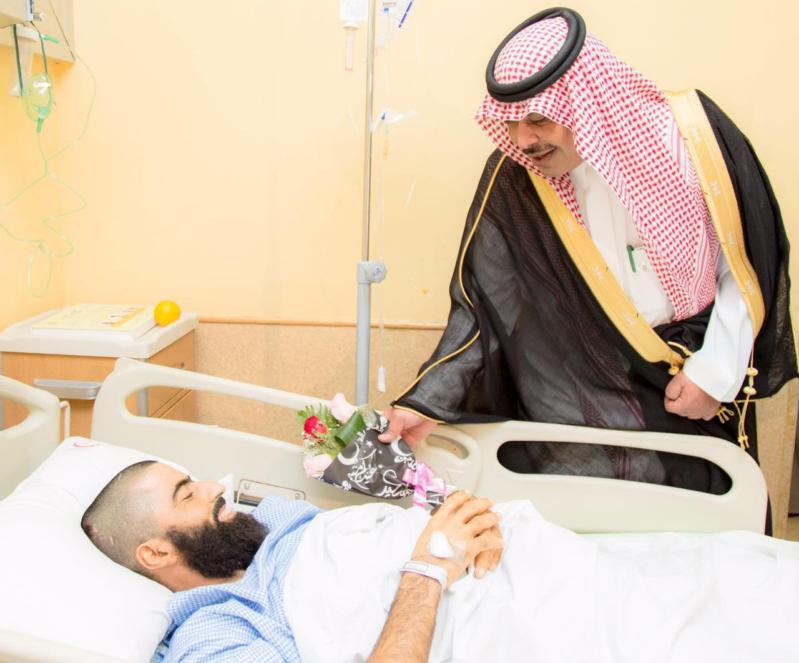 امير الباحة في مستشفى الملك فهد لمعايدة المرضى (2)