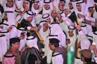 """بالصور.. مشاري يلتقط """"سيلفي"""" مع خريجي جامعة الباحة"""