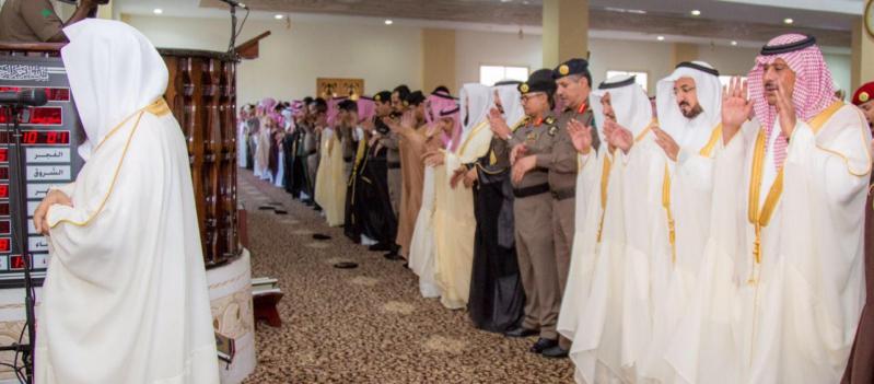 امير الباحة يصلي صلاة العيد (4)