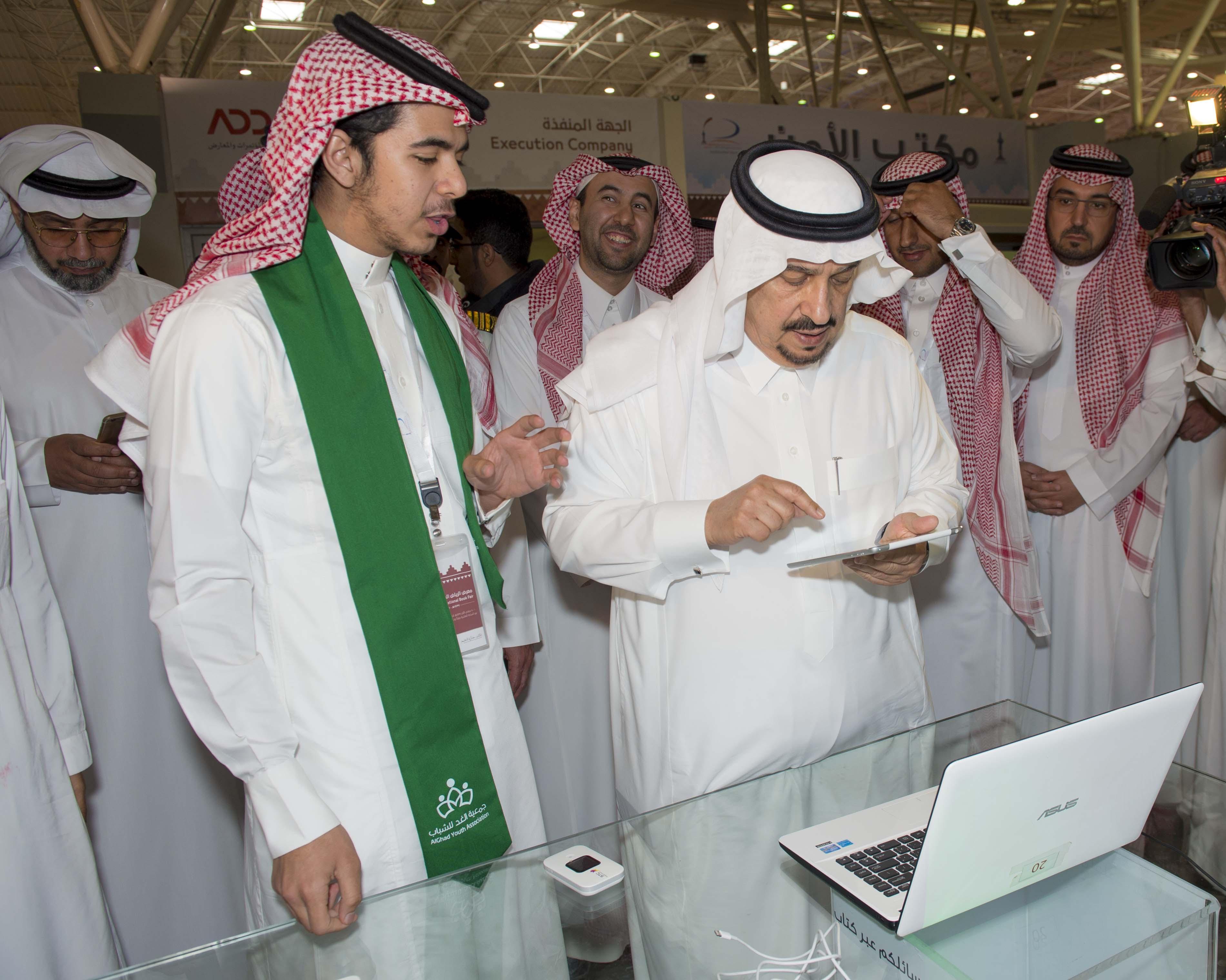 امير الرياض يزور معرض الكتاب (1)