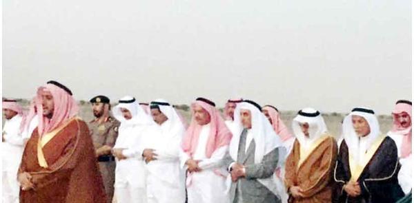 امير مكة خالد الفيصل يؤدي الصلاة على الارض خشية ضياع وقتها