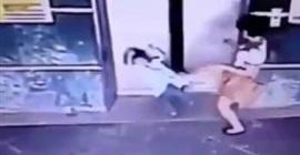 شاهد.. أم تركل ابنتها لإنقاذ حياتها من باب أسانسير - المواطن