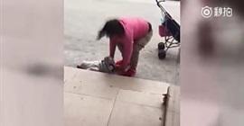 شاهد.. أم تركل طفلتها بقسوة بسبب بكاءها! - المواطن