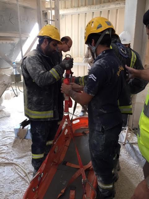 بالصور.. مدني #الرياض ينتشل جثة شخص سقط بخزان بودرة - المواطن