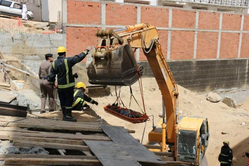 انتشال جثة عامل احتجز بداخل حفرة في #مكة