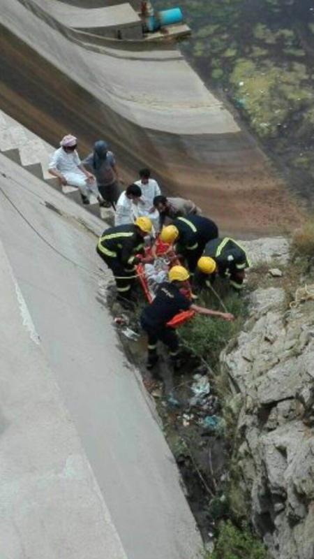 انتشال مواطن جسر تنومة (1)