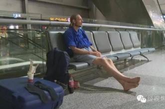انتظر في المطار 10 أيام