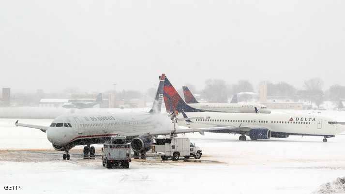 طائرة تنزلق في المطار بسبب الجليد!