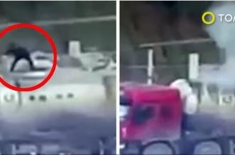 بالفيديو.. انفجار شاحنة أسمنت يقذف بعامل صيني في الهواء - المواطن