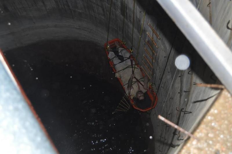 انقاذ شاب سقط في بئر