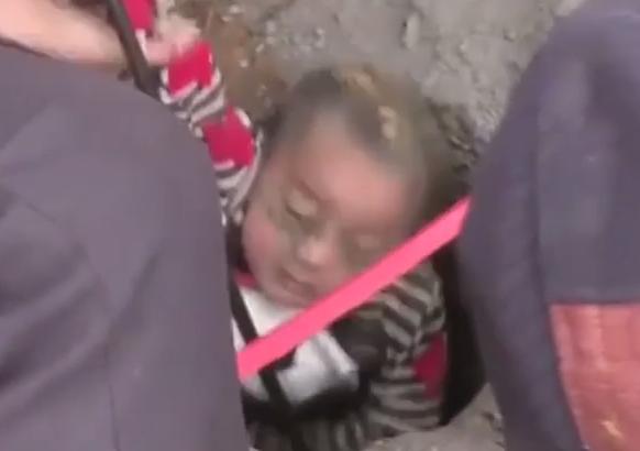 انقاذ طفل من بئر بعمق 90 متر