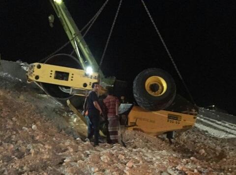 انقاذ عامل اسيوي احتجز خمس ساعات بحادث سير بالدمام (4)