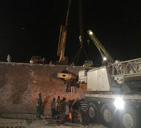 انقاذ عامل اسيوي احتجز خمس ساعات بحادث سير بالدمام (5)